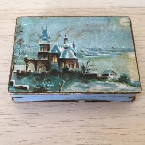 Коробка дореволюционная   с видами зимнего замка на берегу реки, 7х5х1 см.